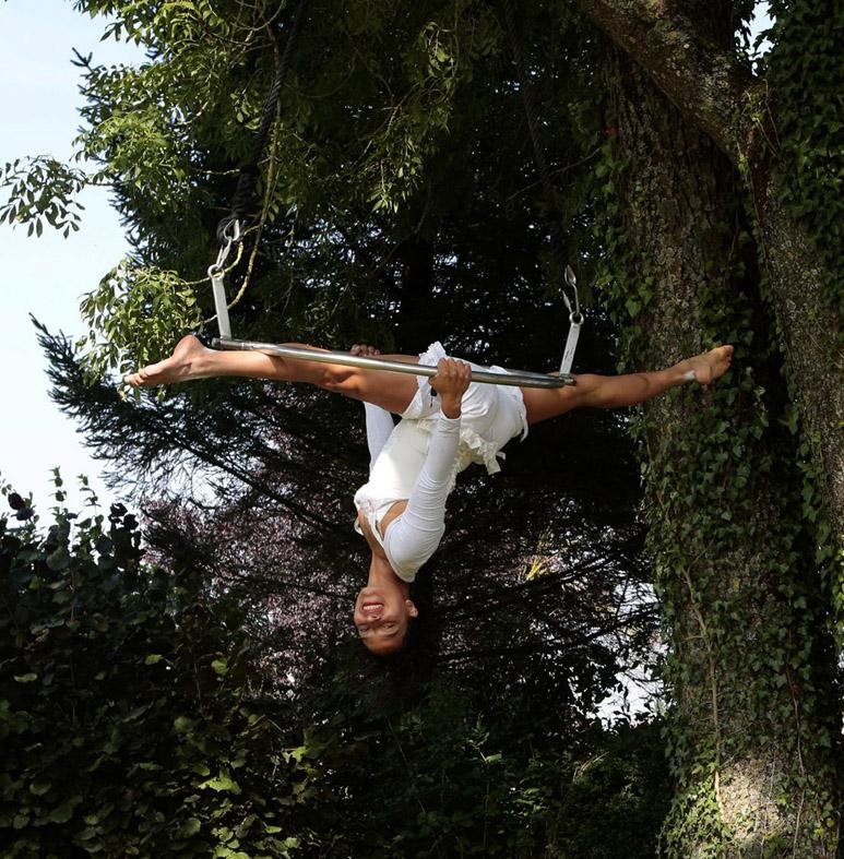 Adriana Guéant, acrobaties aériennes. Festival Cirqu'Ochamps, 2014. © Philippe Cibille