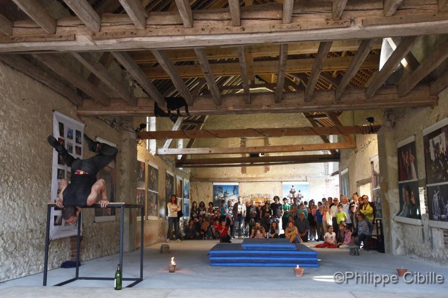 Kevin Strebler, équilibres. Spectacle des étudiants de l'ENACR . Semaine de cirque contemporain à Saint-Aubin Château-Neuf. Mai 2014. Photo © Ph. Cibille