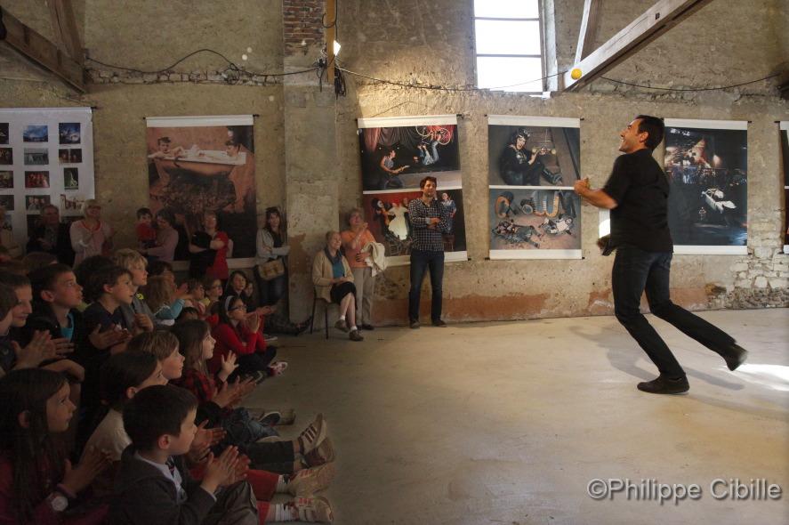 Résidence des étudiants de l'ENACR à Saint Aubin Château Neuf (Yonne). Cirque contemporain. Photo © Ph. Cibille