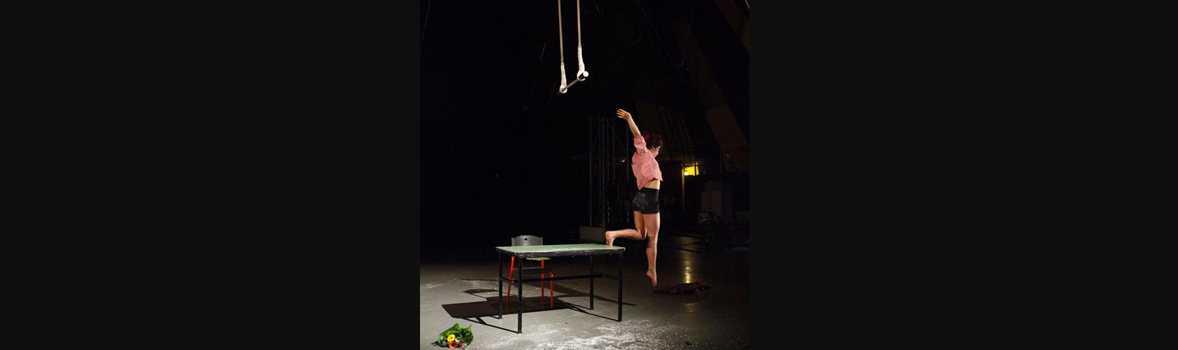 Etudiante de l'Enacr. Cirque contemporain. Photo © Philippe Cibille